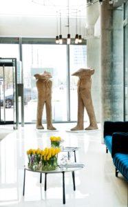 """Rzeźby """"Parys"""" i """"Odys"""" można oglądać w lobby apartamentowca Cosmopolitan w Warszawie"""